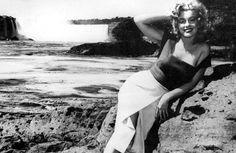 Marilyn Monroe posing near Horseshoe Falls, 1952