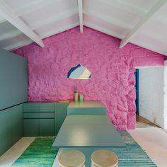 Decoração de casa pequena com paredes de pedra, parede rosa, parede de pedra rosa, decoração clean, móveis verdes, tapete verde.