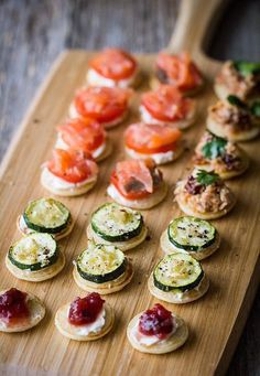 20 Sweet Wedding Finger Food and Mini Dessert Ideas for Your Big Day mini blinis wedding finger food ideas Snacks Für Party, Appetizers For Party, Appetizer Recipes, Canapes Recipes, Healthy Appetizers, Dinner Recipes, Wedding Finger Foods, Christmas Party Food, Christmas Canapes