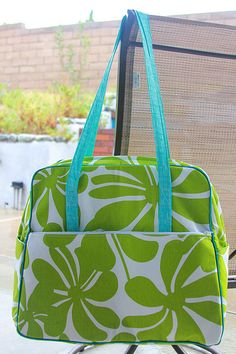 Sew Bag Tutorial for Amy Butler Weekender Bag - I have the pattern.the materials.now all I need is the courage. Diy Bags Patterns, Purse Patterns, Sewing Hacks, Sewing Tutorials, Sewing Projects, Sewing Tips, Amy Butler, Sac Week End, Diy Accessoires