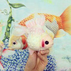 ミルクピンポン♪ #kingyo #goldfish #fish #art #金魚 #羊毛 #羊毛フェルト #ニードルフェルト #ハンドメイド #アクアリウム #aquarium #アート #芸術 #photooftheday #webstagram #handmade #cherry #pink #japan #日本 #和 #milk #ピンポンパール Fuzz, Goldfish, Needle Felting, Kawaii, Pets, Sweet, Instagram Posts, Animals, Animaux