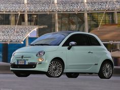 """イタリア最大の自動車メーカー「FIAT(フィアット)」の500シリーズ。 ころんとしたまあるいフォルムがかわいい車です。 こちらはミントカラーの限定車""""Mentina(メンティーナ)""""。"""