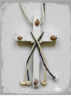 Cruz de comunión niño Cruz de madera decapado en blanco con cuerda gris y crudo y detalles de caracolas del mar