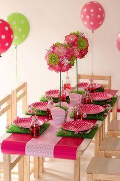 Decoración de mesa de fiesta infantil con temática de punticos en platos, camino de mesa y globos. #FiestasInfantiles