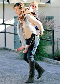 Jennifer Garner gives her daughter a piggy back ride!