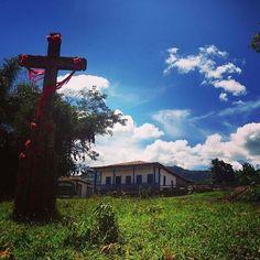 Para a @Flaviabass um dos passeios imperdíveis em Ipoema é a subida até o Morro redondo onde é possível ver a capela cachoeiras e um visual alucinante. Essa é uma das 12 cruzes (marcos) ornamentadas por peregrinos que caminham até o alto do morro.  #FicaADica !  Conheça mais sobre Minas Gerais acesse http://ift.tt/1bE3MkX e facebook: Visite Minas Gerais.  Obrigado por compartilhar Flávia e parabéns pelo lindo registro. Faça como ela use #TurismoMG em suas fotos e faça parte da comunidade dos…