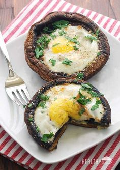 Eggs baked in portobello mushrooms make a fun weekend breakfast, a great lunch, and even a vegetarian dinner when served with a big salad. Choose large, firm portobello mushrooms, that are not too flat (or the egg will spill) nor too deep (or the egg. Vegetarian Recipes, Cooking Recipes, Healthy Egg Recipes, Banting Recipes, Vegetarian Lunch, Do It Yourself Food, Healthy Snacks, Healthy Eating, Think Food