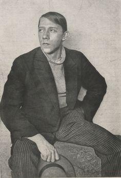 Vladimir Tatlin (Moscou 1885- Moscou 1953) en visitant l'atelier de Picasso il découvre les peintures cubiste.