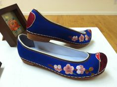 Tranditional Korean shoes for Women hand-embroidered by kjooahn (ahnkumjoo@gmail.com)
