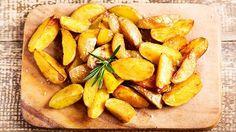 Klyftpotatis är bland det godaste man kan tänka sig. VI har receptet för att få klyftpotatisen sådär härligt krispig. Servera med fläskfilé, lax eller kyckling! Potato Recipes, New Recipes, Vegetarian Recipes, Snack Recipes, I Love Food, Good Food, Tiny Potato, Food Inspiration, Cravings