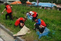 충남 아산지역 하나님의교회(안상홍증인회) 성도들은 개별적으로 준비해 온 비닐봉투와 장갑, 집게를 이용해 각종 생활쓰레기를 모았다.