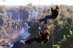 Rapel nas Cataratas do Iguaçu, Foz do Iguaçu (PR). O Parque Nacional do Iguaçu (PR) vai além da beleza cênica das Cataratas. No centro de esportes de aventura é possível praticar rapel, rafting e arvorismo.