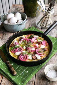Påskig potatisomelett med matjessill, rödlök, pepparrotscreme och dill - Landleys Kök Frittata, Lchf, Paella, Ethnic Recipes, Kitchen, Food, Kitchens, Omelet, Cooking