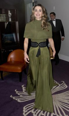 Queen Rania Al-Abdullah of Jordan attends the Foreign Press Association Awards at the Sheraton Grand Park Lane Hotel in London. Queen Rania, Queen Letizia, Royal Ascot Ladies Day, Estilo Real, Royal Fashion, Royals, Well Dressed, Kate Middleton, Evening Dresses