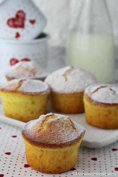 I muffin con lo yogurt greco sono deliziosi dolcetti, di origine americana, da servire a colazione o a merenda; prepararli è facile, prova la ricetta!
