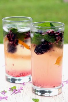 Un cocktail d'été aux bulles, on aime! Dans mon coin de pays, on boit du bon mousseux à l'apéro et surtout lorsque nous sommes entre filles. Le mix avec le mojito est WOW, super exotique, sucré à point, ça goûte les vacances, l'été et ç'est hyper rafraîchissant. Chin! INGRÉDIENTS Pour un verre 2 mûres fraîches …
