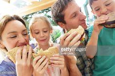 Foto de stock : Family eating sandwiches