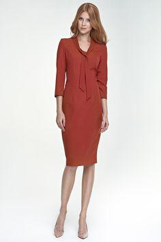 Sukienka z wiązaniem na dekolcie - rudy. Sklep Eve Polka zaprasza.