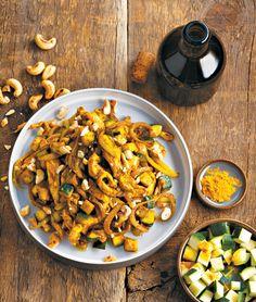 Wok de poulet aux noix de cajou, curcuma et courgettes: http://www.glamourparis.com/vie-perso/vite-une-recette/diaporama/recettes-wok-me-up/22164#!saute-de-poulet-aux-noix-de-cajou-curcuma-et-courgettes