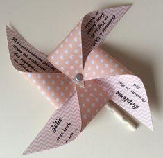 Un joli faire part en forme de moulin à vent personnalisé pour toutes vos occasions : Baptême, anniversaire, mariage... Faire-part rose avec des motifs au ch