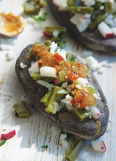 Un clásico de los antojitos mexicanos son los tlacoyos, pero qué te parece preparar un tlacoyo de haba con nopales. ¡Aprende a prepararlos, checa la receta!