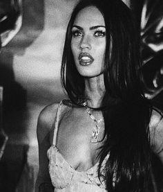 Black and white Megan 🦊 Estilo Megan Fox, Pretty People, Beautiful People, Beautiful Women, Megan Denise Fox, Jennifer's Body, Fashion Sketchbook, Veronica Lake, White Aesthetic