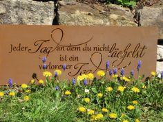 """Edelrost Gedichttafel """"Ein Tag ohne Lächeln""""  Die Spruchtafel ist ein Hingucker in jedem Garten und zieht gerade in Vorgärten die Blicke auf sich.  Spruch auf der Tafel lautet:  """"Jeder Tag an dem du nicht lächelst, ist ein verlorener Tag.""""  Größe:      Höhe: 30 cm     Breite: 80 cm  Preis: 39,- €"""