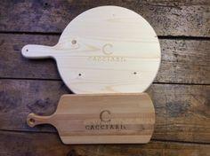 Tagliere Art. P25  Tagliere in legno di abete con manico sagomato per polenta o pizza. Disponibile in molteplici misure. Personalizzabile a fuoco o laser  Dimensioni  P25-250x22 mm P30-300x22 mm P35-350x22 mm P40-400x22 mm P45-450x22 mm P50-500x22 mm P60-600x22 mm - See more at: http://www.spotpromo.it/vendita-prodotti-personalizzati/taglieri-in-legno/tagliere-art-p25.html#sthash.PA3SjzO1.dpuf  Tagliere rettangolare Art. 944  Tagliere in legno di faggio lamellare con manico sagomato.