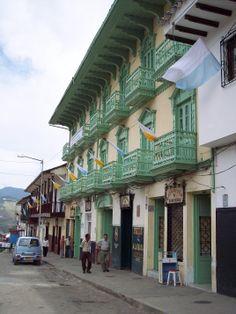 """7-Casa """"de los 14 balcones"""". Edificación patrimonial y emblemática de Sonsón. En plaza principal. 2006"""