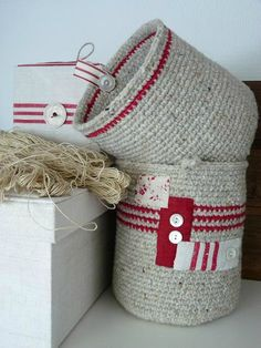 ❤ Crochet basket inspiration. Love the embellishing.