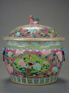 loud luscious color combos in peranakan porcelain Asian Inspired Decor, Asian Decor, Chinese Culture, Chinese Art, Porcelain Ceramics, China Porcelain, Chinoiserie, Asian Vases, Blue China