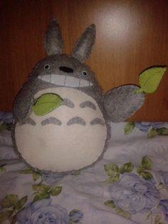 Totoro festoso in pannolenci con imbottitura 100% poliestere.  10.00 € - venduto