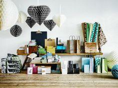 Hurra! Alle IKEA winkels in Nederland hebben vanaf 1 augustus* hun eigen Papershop. Na een pilot bij IKEA Delft, Barendrecht en Amersfoort, kunnen liefhebbers van papier straks in alle winkels terecht. In de Papershop vind je verschillende collecties met notitieboekjes, decoraties, cadeaupapier en verpakkingen in de meest uiteenlopende kleuren, maten en ontwerpen.