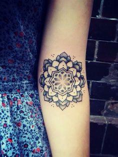 Mandala Tattoo | pontilhismo no braço