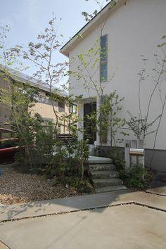玄関正面と建物際に雑木を配置したアプローチ動線計画