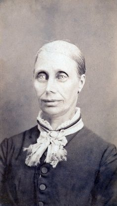 This site exists to discredit the idea of the Victorian standing post mortem photo. Post mortem photos do exist, but none of them are stand alone. Photographie Post Mortem, Fotografia Post Mortem, La Sombra Sobre Innsmouth, The Shadow Over Innsmouth, Creepy Vintage, Hp Lovecraft, Post Mortem Photography, Creepy Pictures, Scary Photos