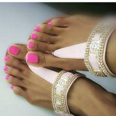 "576 To se mi líbí, 8 komentářů – Elegant.Feet (@elegant.feet) na Instagramu: ""@guillenkatherine #niceshot #prettytoes #sandals #prettyfeet #cuteasstoes #pedicure #pedicure"""