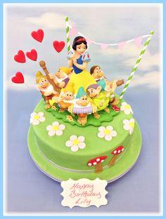 Disney Party Ideas: Snow White & the 7 Dwarfs Party Owl Cake Birthday, White Birthday Cakes, Snow White Birthday, Snow White Cake, Carousel Cake, Luxury Cake, White Cakes, Disney Cakes, Girl Cakes