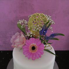 Fondanttorte mit echten Blumen