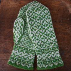 Ravelry: Shamrock Mittens pattern by Mary Ann Stephens Knitted Mittens Pattern, Crochet Mittens, Knitted Gloves, Knit Crochet, Knitting Stitches, Knitting Designs, Knitting Socks, Hand Knitting, Knitting Patterns