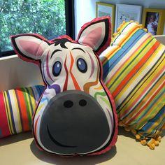 Tem coisa mais linda do que listras coloridas? Eu sou fã! Por isso a nossa zebrinha tem listras de todas as cores! As almofadas toy são lúdicas e deixam o ambiente mais divertido. Não podem faltar no quarto do seu miúdo! .  .  .  #listras #stripes #zebra #bichinhos #toy #pillow #decor #color #quartoinfantil #riodejaneiro #maedemenino #maedemenina #quartinhodebebe #almofadinha #temnamiudo #hugme #letscolortheworld #followme