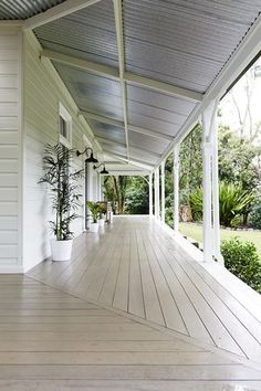 Front of House: Bencluna Byron Hinterland est 1893 in Byron Bay Hinterland Front Deck Ideas Australia, Exterior Colors, Exterior Design, Home Beach, Front Verandah, Front Porch, Porch Roof, Weatherboard House, Queenslander House