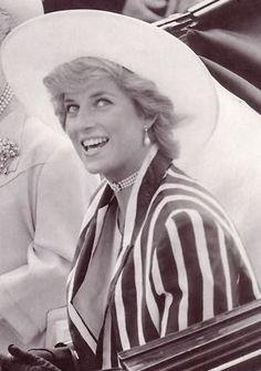 June Princess Diana at Royal Ascot. Wearing an outfit she later wore 1988 Australia, I think. Lady Diana Spencer, Isabel Ii, Diane, Royal Ascot, Princess Of Wales, Queen Of Hearts, Royal Fashion, Elegant Woman, British Royals