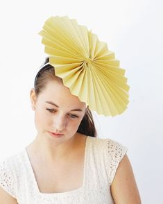 34 Ideas hat crazy diy homemade for 2019 Crazy Hat Day, Crazy Hats, Diy Party Hats, Hat Tutorial, Hat Crafts, Girl Cupcakes, Diy Hat, Flower Hats, Outfits With Hats