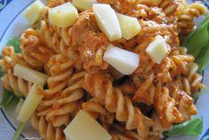 Fusilli integrali al pesto rosso con formaggio senza lattosio su letto di insalata dell'orto! I colori dell'Italia sulla mia tavola. #healthyfood #italianfood #food #healthy #foodblogger #veggie