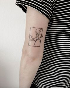 Tattoo trends come and go, but delicate, feminine tattoos will always be a classic. In the depths of our research for our next one, we discovered that hand-poke Hai Tattoos, Bild Tattoos, Arabic Tattoos, 16 Tattoo, Shape Tattoo, Color Tattoo, Tattoo Hand, Lion Tattoo, Tattoo Fonts