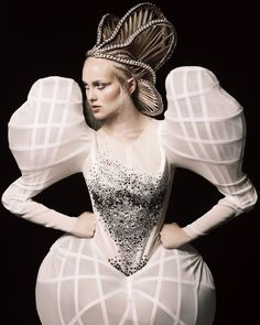 Alexander McQueen--look at that hair! 3d Fashion, Weird Fashion, Editorial Fashion, High Fashion, Fashion Show, Fashion Design, Fashion Events, Beauty Editorial, Couture Fashion