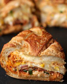 É muito recheio em um pedaço só! | Resolvemos fazer um pão recheado com pizza de…