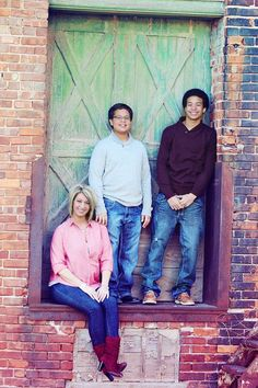 Family photo session - male portrait - mother and sons picture pose ideas