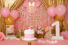 Gold and Pink Minnie Mouse smash cake. First birthday Minnie Mouse pink, gold, flowers